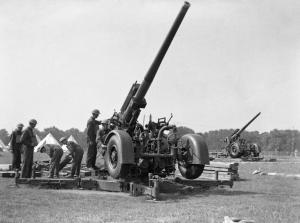 Hyde_Park_Anti-aircraft_guns_H_993